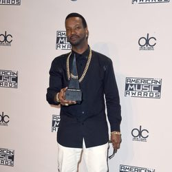 Juicy J con su galardón de los American Music Awards 2014