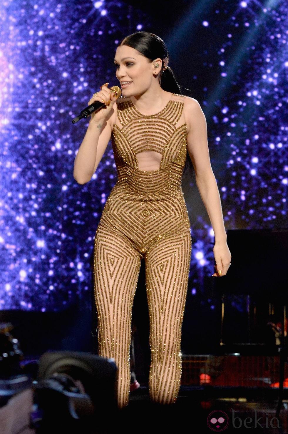 Jessie J durante su actuación en los American Music Awards 2014