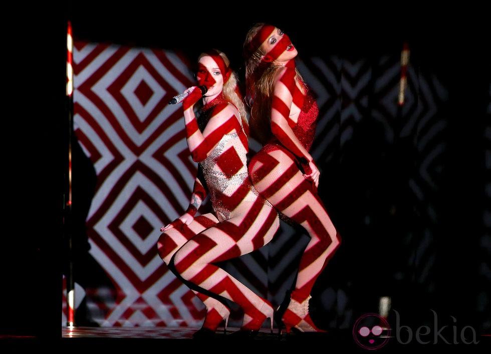 Jennifer Lopez e Iggy Azalea durante su actuación en los American Music Awards 2014