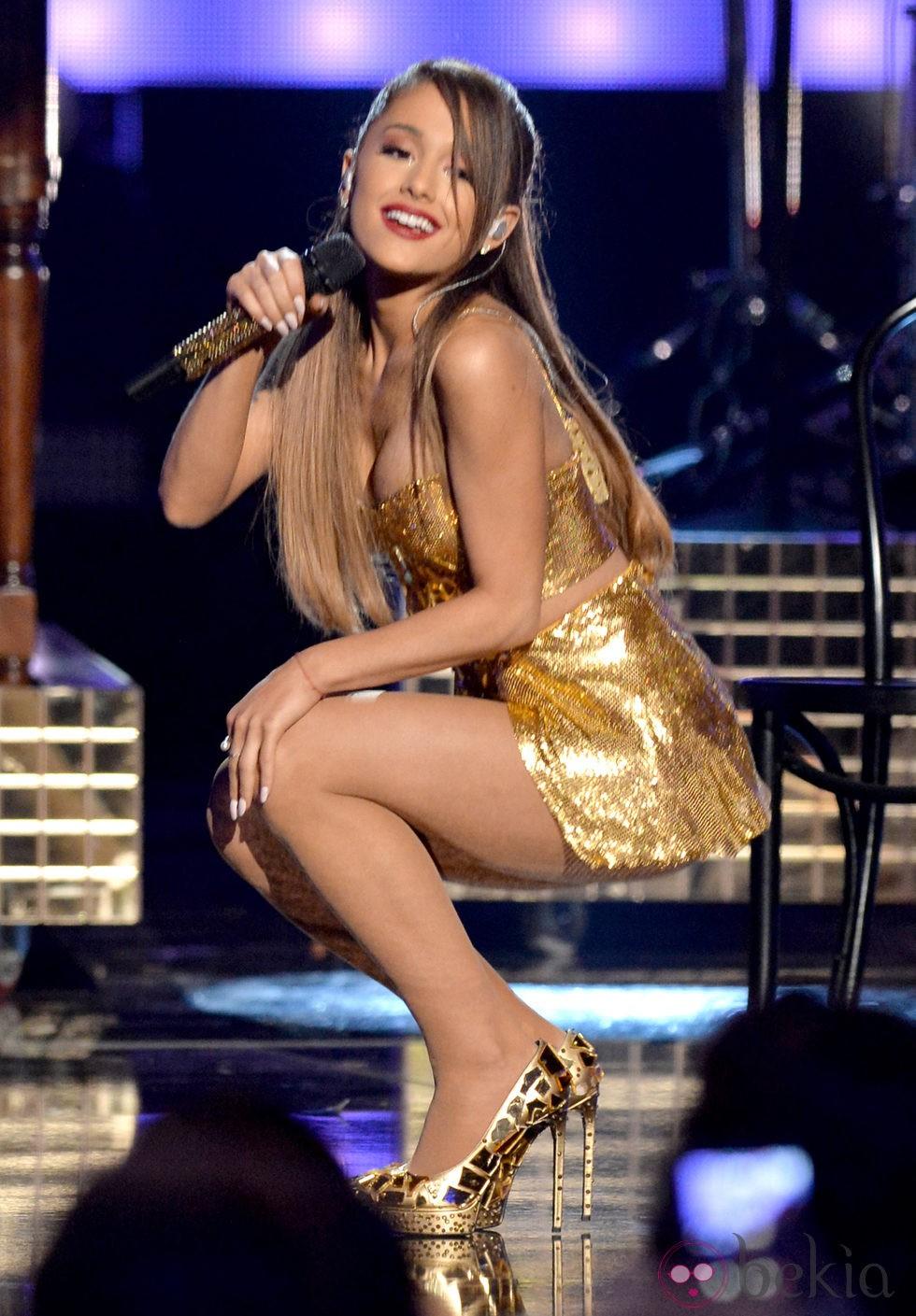 Ariana Grande durante su actuación en los American Music Awards 2014