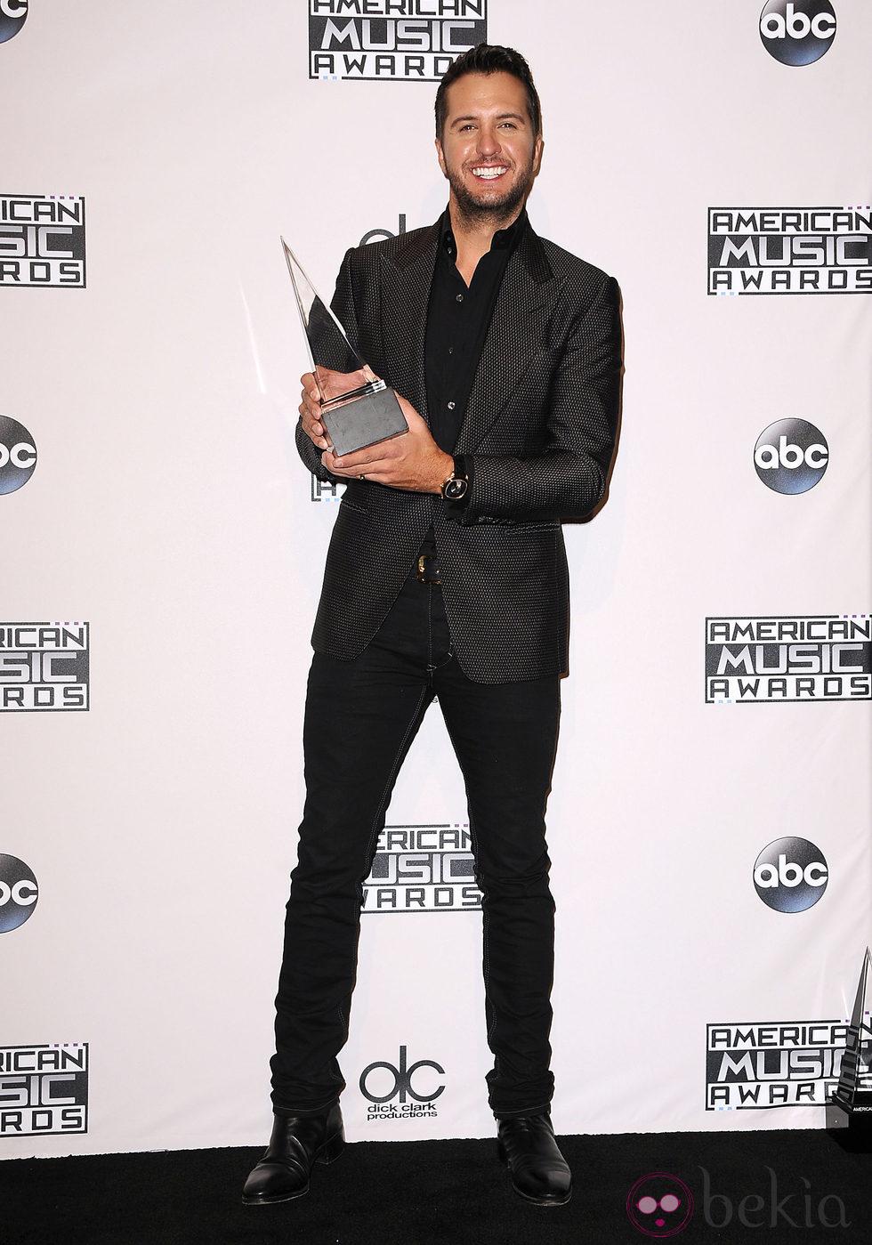 Luke Bryan con su galardón de los American Music Awards 2014