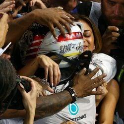 Nicole Scherzinger abrazando a Lewis Hamilton tras el GP de Abu Dhabi 2014