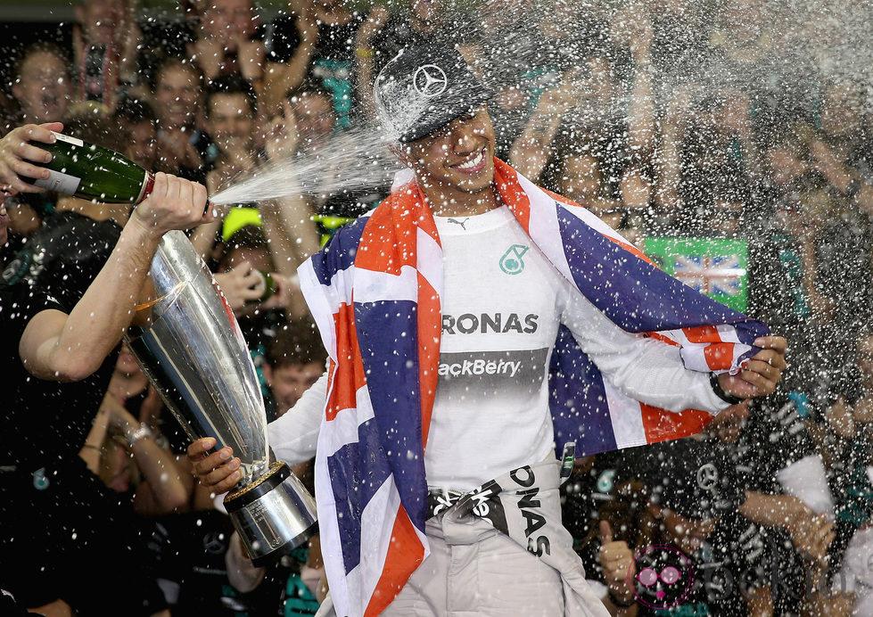 Lewis Hamilton bañado en champán tras ganar el Mundial de Fórmula Uno 2014