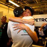 Nicole Scherzinger abraza a Lewis Hamilton tras el GP de Abu Dhabi 2014