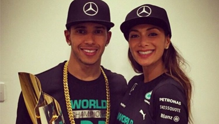 Lewis Hamilton y Nicole Scherzinger con el título del Mundial de Fórmula Uno 2014