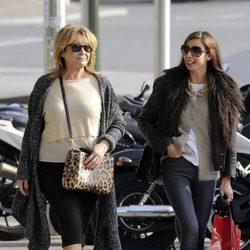 Mila Ximénez pasea por Madrid con su hija Alba Santana
