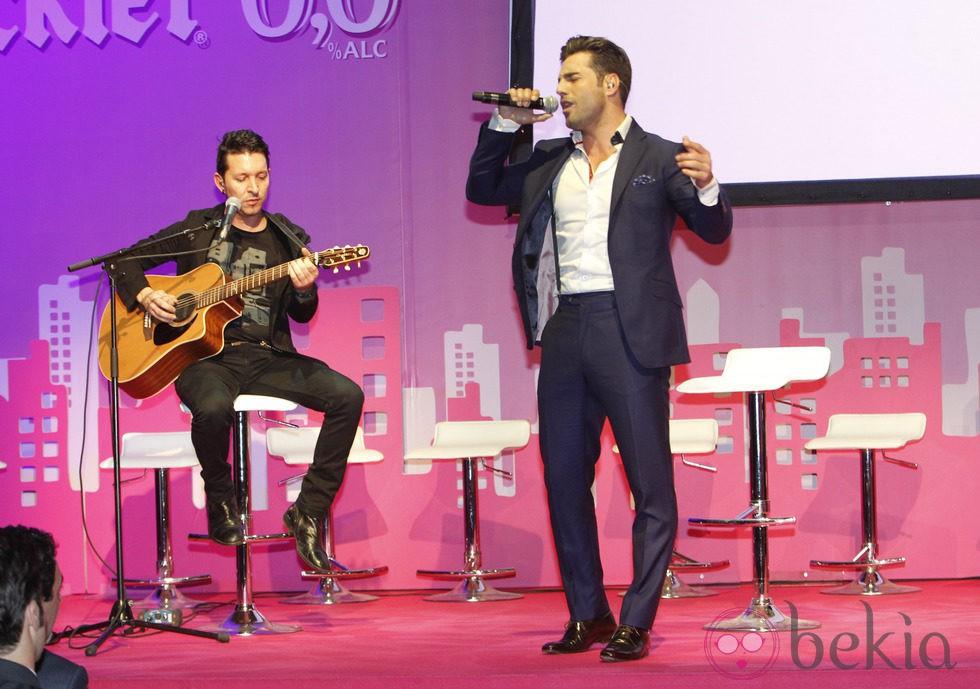 David Bustamante cantando en la presentación del proyecto SuperWoman