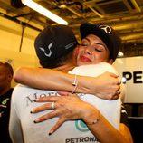 Lewis Hamilton y Nicole Scherzinger abrazándose