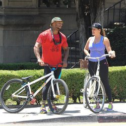Kelly Brook y David McIntosh montando en bici por Los Angeles