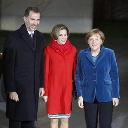Los Reyes Felipe y Letizia con Angela Merkel en su primer viaje oficial a Alemania como Reyes