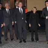 El viudo, cuatro de los hijos y uno de los nietos de la Duquesa de Alba en la misa en su memoria en Sevilla