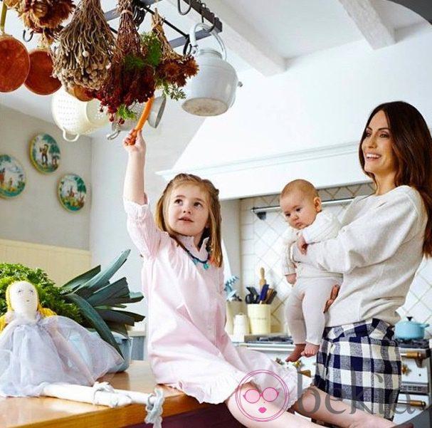 Nagore Aranburu con sus hijas Ane y Emma en el primer cumpleaños de la pequeña