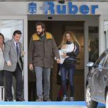 Borja Thyssen y Blanca Cuesta abandonan el hospital con su hija Kala