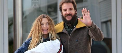 Borja Thyssen saluda a los medios que acuden a la presentación de su hija Kala