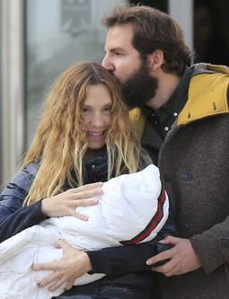 Borja Thyssen besa a su mujer Blanca Cuesta en la presentación de su hija Kala