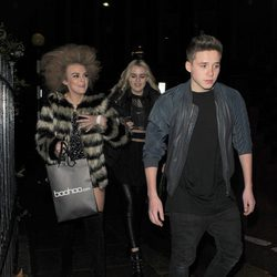 Brooklyn Beckham sale con dos amigas del Café Kaizen de Londres