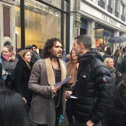 Russell Brand protagoniza una manifestación a las puertas de una Apple Store en Londres