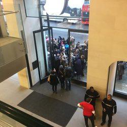 Russell Brand genera expectación durante su manifestación a las puertas de una Apple Store en Londres