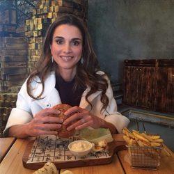 La Reina Rania de Jordania compartió una imagen en Instagram comiéndose una hamburguesa