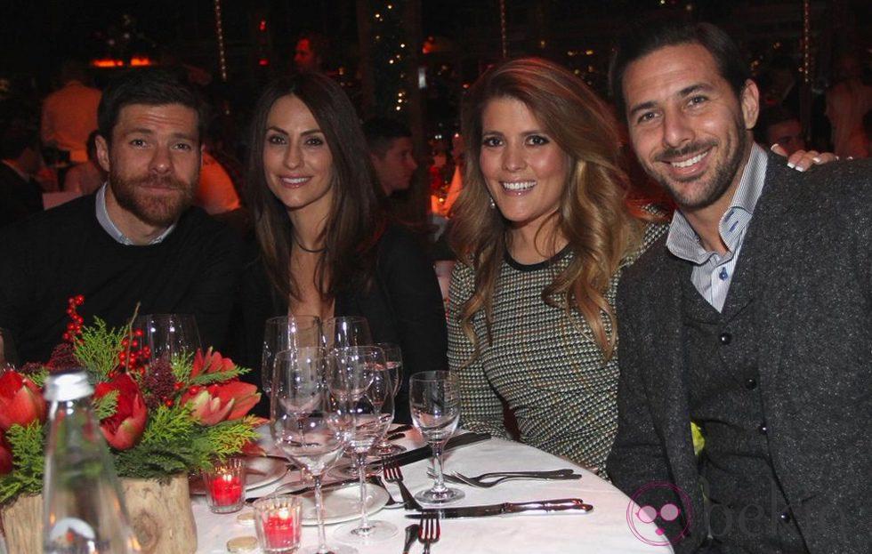 Xabi Alonso, Nagore Aranburu, Claudio Pizarro y Karla en la fiesta de Navidad del Bayern de Munich