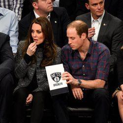 Los Duques de Cambridge comiendo en un partido de la NBA en Nueva York