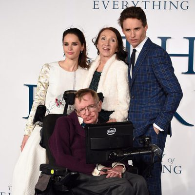 Stephen Hawking, Jane Wilde, Eddie Redmayne y Felicity Jones en el estreno de 'La Teoría del Todo'