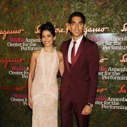 Freida Pinto y Dev Patel en la gala de Performing Arts de Beverly Hills