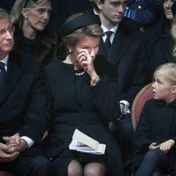 Matilde de Bélgica llorando en el funeral junto al Rey Felipe y la Princesa Leonor en el funeral de la Reina Fabiola