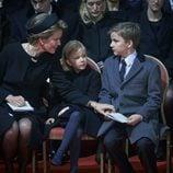 Matilde de Bélgica con sus hijos Leonor y Gabriel en el funeral de la Reina Fabiola