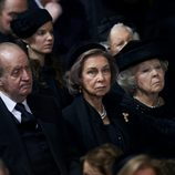 Los Reyes Juan Carlos y Sofía y Beatriz de Holanda en el funeral de Fabiola de Bélgica