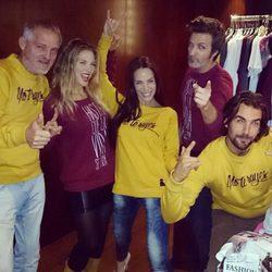 Jordi Rebellón, Patricia Montero y Álex Adrover visten sudaderas diseñadas por Nerea Garmendia