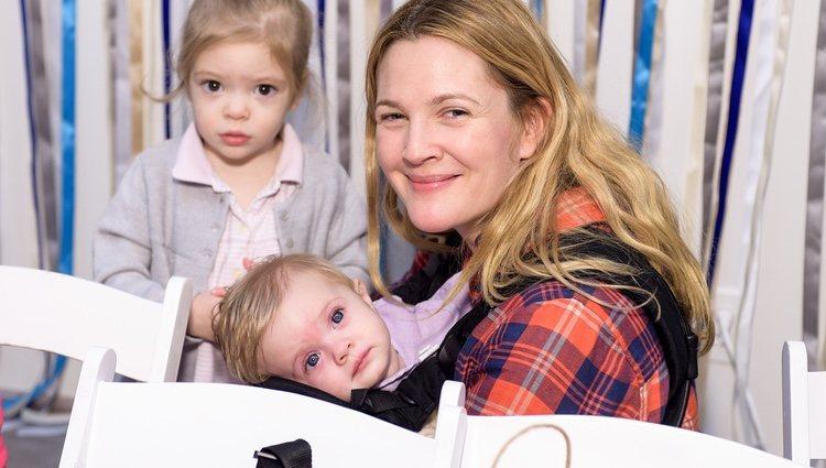 Drew Barrymore con sus hijas en el evento 'Baby2Baby' de Jessica Alba