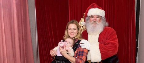 Drew Barrymore con Papá Noel y su hija Frankie en el evento 'Baby2Baby'