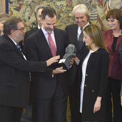 Enrique González Macho entrega un Goya a los Reyes Felipe y Letizia