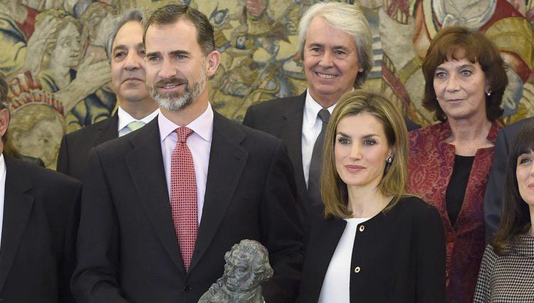 Los Reyes Felipe y Letizia con el Goya entregado por la Academia de Cine