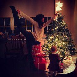Hilaria Thomas y Carmen Gabriela ponen el árbol de Navidad