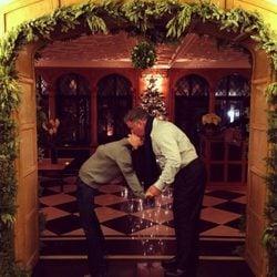 Alec Baldwin y su mujer Hilaria Thomas se besan bajo el muérdago