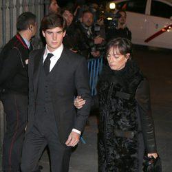 Carlos Fitz-James Stuart Solís con su madre Matilde Solía en el funeral de la Duquesa de Alba