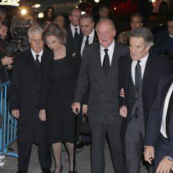 El Duque de Húescar, los Reyes Juan Carlos y Sofía y Alfonso Díez en el funeral de la Duquesa de Alba en Madrid