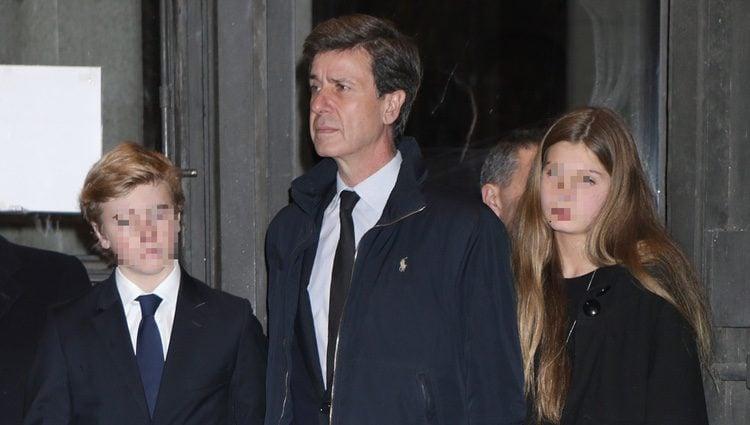Cayetano Martínez de Irujo y sus hijos en el funeral de la Duquesa de Alba en Madrid
