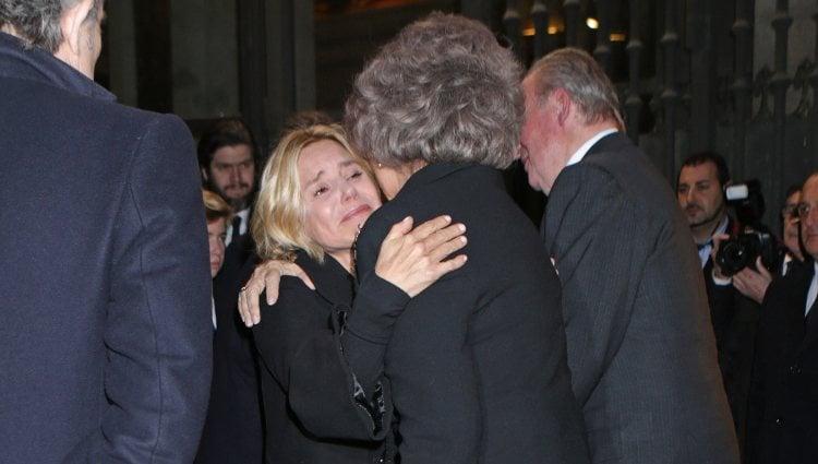 La Reina Sofía abraza a Eugenia Martínez de Irujo en el funeral de la Duquesa de Alba en Madrid
