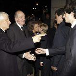 El Duque de Húescar presenta a su hijo Fernando al Rey Juan Carlos en el funeral de la Duquesa de Alba en Madrid