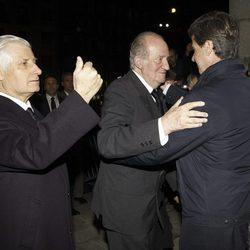 El Rey Juan Carlos saluda a Cayetano Martínez de Irujo junto al Duque de Huéscar en el funeral de la Duquesa de Alba en Madrid