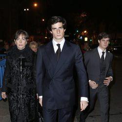 Fernando Fitz-James Stuart, Carlos Fitz-James Stuart y Matilde Solís en el funeral de la Duquesa de Alba en Madrid