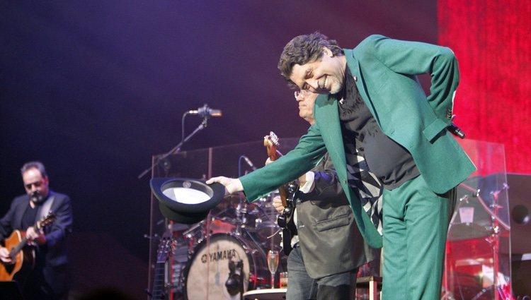 Joaquín Sabina dando las gracias en su primer concierto tras sufrir pánico escénico