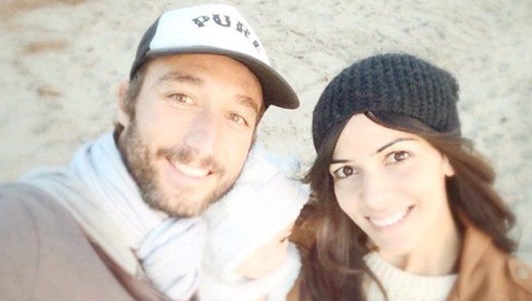 Pedro Castro y Raquel del Rosario con su hijo Leo en la playa en Santa Monica