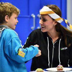 Kate Middleton jugando con un niño boy scout
