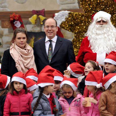 Alberto de Mónaco con Camille Gottlieb en la entrega de regalos de Navidad 2014