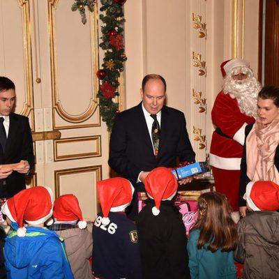 Alberto de Mónaco entrega regalos de Navidad con Louis Ducruet y Camille Gottlieb