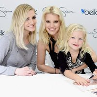Ashlee y Jessica Simpson con Maxwell Drew Johnson en el Belk Galleria de Dallas